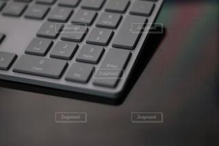 パソコンのキーボード、テンキー使って計算の写真・画像素材[1885308]