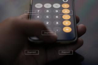 スマホ電卓アプリで計算の写真・画像素材[1885317]