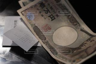 レシート、領収書と現金紙幣。千円札と一万円札。どうなる日本の今後、消費増税、キャシュレス化の波の写真・画像素材[2029124]