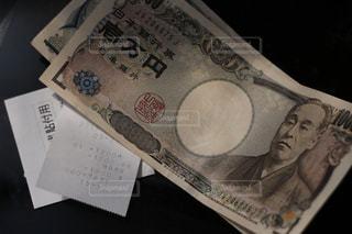 レシート、領収書と現金紙幣。千円札と一万円札。どうなる日本の今後、消費増税、キャシュレス化の波の写真・画像素材[2029127]