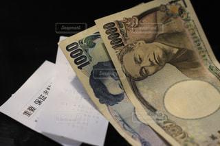 レシート、領収書と現金紙幣。千円札と一万円札。の写真・画像素材[2029128]