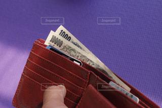 財布の千円札と一万円札。どうなる日本の今後、消費増税、キャシュレス化の波の写真・画像素材[2029156]