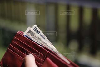 財布の千円札と一万円札。どうなる日本の今後、消費増税、キャシュレス化の波の写真・画像素材[2029157]