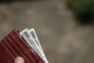 財布の千円札と一万円札。どうなる日本の今後、消費増税、キャシュレス化の波の写真・画像素材[2029158]