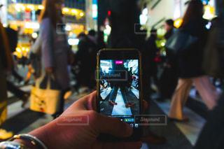 渋谷スクランブル交差点でライブ配信の写真・画像素材[2029925]