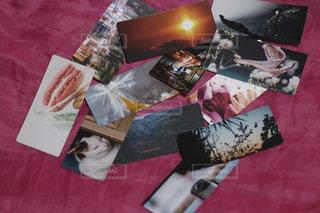 毛布の上に半分の切り傷を付けてテーブルをトッピングするの写真・画像素材[2283586]