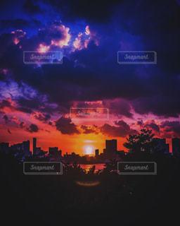 夕暮れ時にライトアップされた都市の写真・画像素材[2713627]