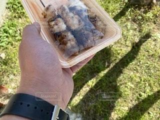 パックに入った惣菜焼き鳥。リアル感、飾らない、ありのまま◀️で検索。ふつうすぎる日常写真素材の写真・画像素材[2716413]