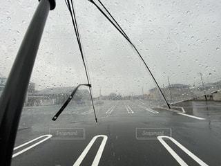 大雨の人気のない駐車場。ビニール傘越しの主観視点の写真・画像素材[3047418]