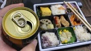 食べ物の皿をテーブルの上に置くの写真・画像素材[3379760]