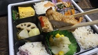 肉ご飯と野菜で満たされたプラスチック容器の写真・画像素材[3379763]