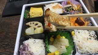 いろいろ入って和食弁当を食べるの写真・画像素材[3379766]
