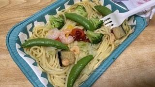 食卓に肉と野菜を入れたプラスチック容器の写真・画像素材[3410277]