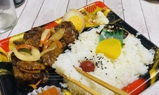 食べ物の皿をテーブルの上に置くの写真・画像素材[3461444]