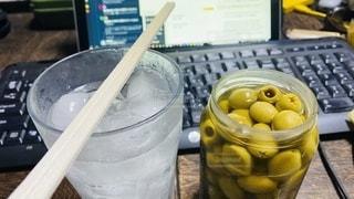 テレワーク終わりの晩酌。レモンサワーとオリーブ瓶詰めの写真・画像素材[3531317]