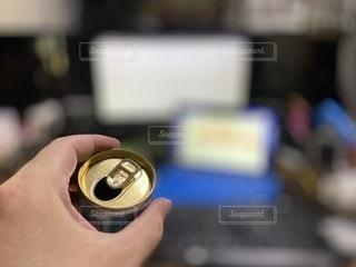 缶コーヒーを持つ手。仕事中にホッと一息の写真・画像素材[3535344]