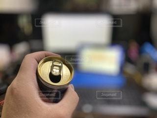 缶コーヒーを持つ手。仕事中にホッと一息の写真・画像素材[3535343]