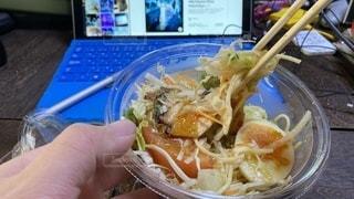 こんひで買ったサラスパしゃぶしゃぶごまだれのをリモートワーク中に食べる風の写真・画像素材[3548909]