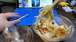 こんひで買ったサラスパしゃぶしゃぶごまだれのをリモートワーク中に食べる風の写真・画像素材[3548911]