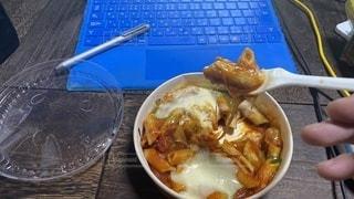 リモートワークのお昼にコンビニで買ったグラタン的なのを食べますの写真・画像素材[3555071]