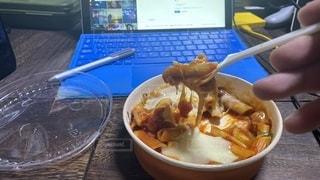 リモートワークのお昼にコンビニで買ったグラタン的なのを食べますの写真・画像素材[3555069]