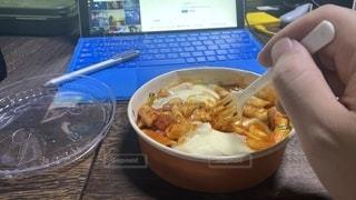 リモートワークのお昼にコンビニで買ったグラタン的なのを食べますの写真・画像素材[3555072]