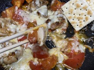 チキンとトマトのチーズぶっかけクラッカー添えの写真・画像素材[3635298]