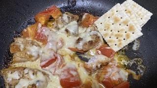 鶏肉とトマトを炒めてチーズいっぱいのせてクラッカーと食べるやつの写真・画像素材[3635293]