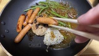 皿の上に食べ物の鍋の写真・画像素材[3635297]