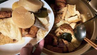 おでんを鍋から皿へ取り分けますの写真・画像素材[3692022]