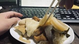 おでんを食べる。テレワーク、リモートワークな日常の写真・画像素材[3696010]