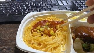 カップにパスタと野菜を入れた食べ物の皿の写真・画像素材[3727085]