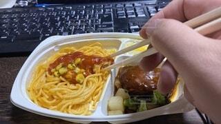 冷凍食品のお子さまランチをテレワーク中にいただきますの写真・画像素材[3727087]
