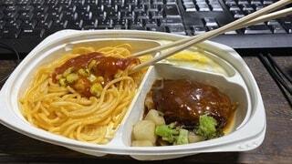 リモートワークのランチタイム。冷凍食品のお子様ランチの写真・画像素材[3727090]