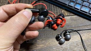 完全ワイヤレスイヤフォン/有線イヤホン/ゲーミングイヤホン。用途に応じて使い分け。ラジオ/ポッドキャスト視聴、音楽を聴く、ボイスチャットやリモートワークでも大活躍の写真・画像素材[4059788]