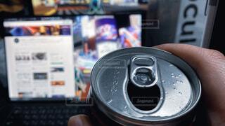 外出自粛でおこもり消費。リモートワーク終わりに缶チューハイを飲みながらネットサーフィン。ノーマルな働き方と日常。ウィズコロナ/おうち時間/ステイホームの写真・画像素材[4085199]