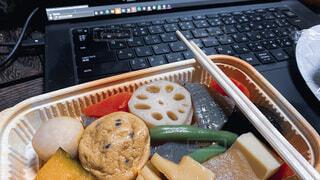 リモートワークのお昼に惣菜の煮物をいただきます。新しい生活様式/働き方/ニューノーマルの写真・画像素材[4203989]