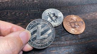 第二次仮想通貨バブル到来の2021年。シルバーとブロンズのビットコイン(Bitcoin/BTC)とライトコイン(KiteCoin/LTC)。暗号資産取引イメージの写真・画像素材[4241095]