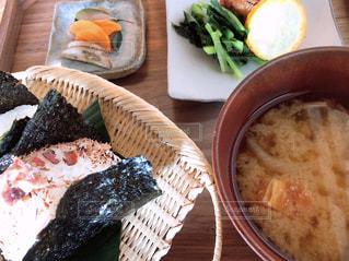テーブルの上に食べ物のプレートの写真・画像素材[1512608]