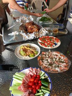 食品のプレートをテーブルに座っている人々 のグループ - No.865746