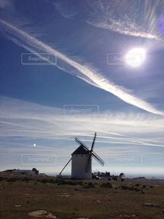 未舗装の道路上の風車の写真・画像素材[1113194]