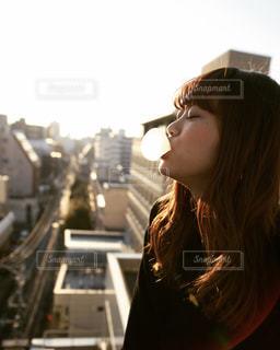女性,1人,屋外,夕方,人物,横顔,屋上,ガム,夕景,若い