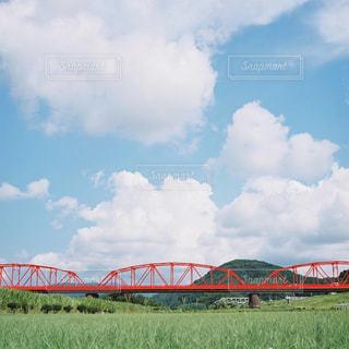 鋼のトラックに大きな長い列車の写真・画像素材[731882]