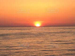 水の体に沈む夕日の写真・画像素材[1035286]