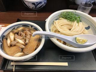 テーブルの上に食べ物のボウル - No.706860