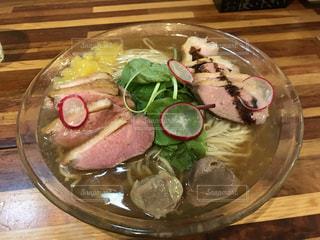テーブルの上に食べ物のプレートの写真・画像素材[706881]