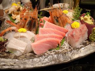 テーブルの上に食べ物の束の写真・画像素材[938799]