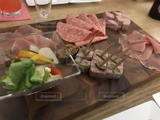 木製のテーブルの上に食べ物の写真・画像素材[938810]