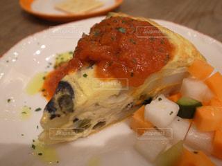 近くにプレートの上に食べ物のアップの写真・画像素材[938833]