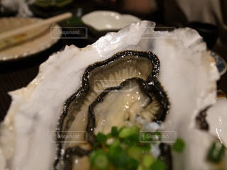 近くにプレートの上に食べ物のアップの写真・画像素材[938842]